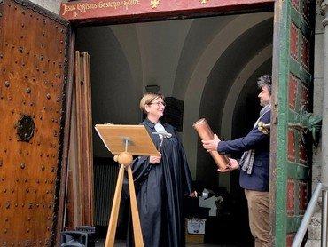 Segnung und Hammerschläge durch Pfarrerin Benus-Dreyer
