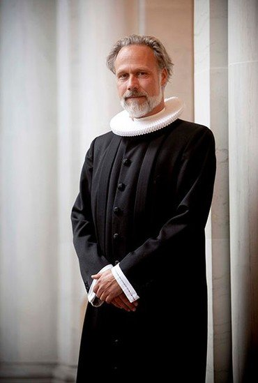 Plejehjemspræst Jeppe Carsce Nissen i præstekjole