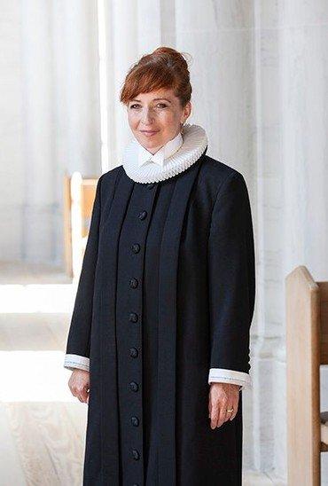 Sognepræst Louise Britze Kijne i præstekjole