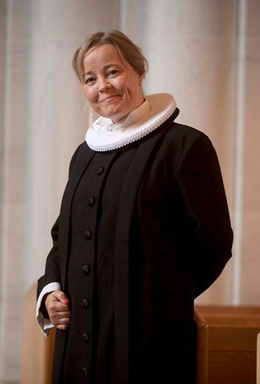 Sognepræst Marie Jacobsen Damm i præstekjole
