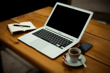Laptop på et bord
