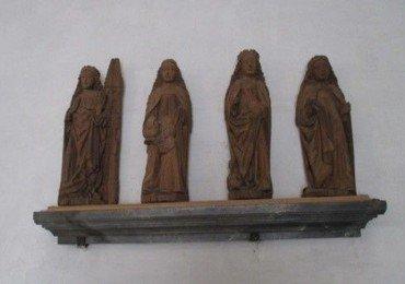 Over døren til sakristiet står på en hylde fire nødhjælperhelgeninde-figurer af træ