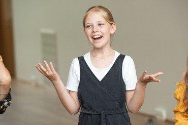 Pige synger nærbillede