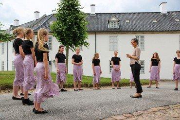 Ungdomskoret foran Fredensborg Slotskirke