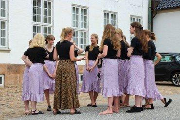 Gruppe fra ungdomskoret sammen med korleder foran Fredensborg Slotskirke