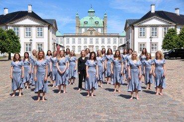 Fredensborg Slotskirkes Pigekort foran slottet