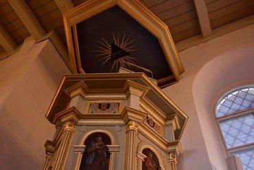 Prædikestolen stammer fra år 1593. De fire store felter på prædikestolen bærer billeder af evangelisterne Matthæus, Markus, Lukas og Johannes
