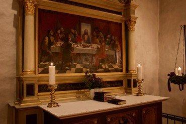 Rundt om alteret ser man alterskranken, der stammer fra år 1701.