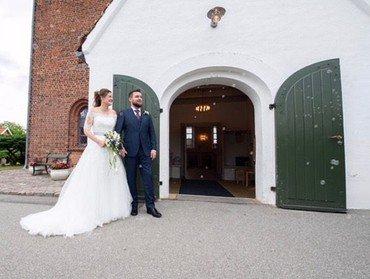 Brudepar uden for kirken