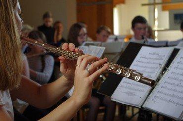 Fløjtenist i orkester, der optræder på Byens Dag