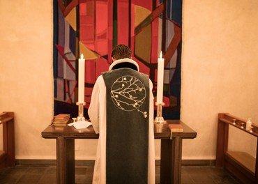 Kristian Tvilling iført den nye grønne messehagel ved alteret