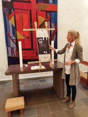 Designer Rikke Salto viser stofprøve frem