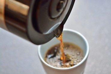 Der hældes kaffe op i en kaffekop