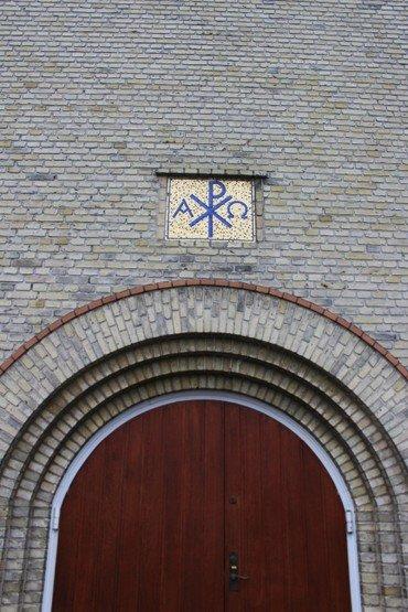 Monogram over hovedindgangen