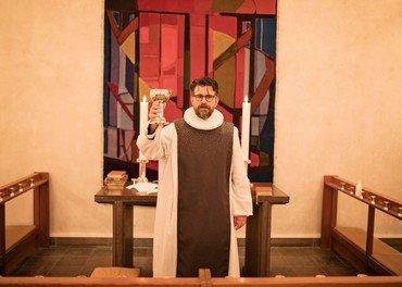 Kristian Tvilling i den lilla messehagel foran alteret