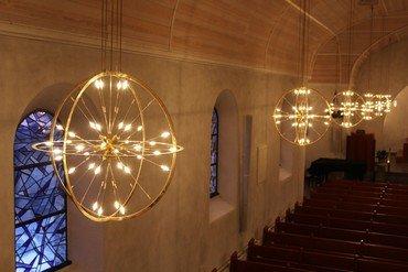 Lysglober i kirkesalen