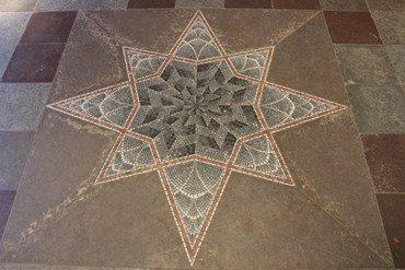 Stjernemosaik i våbenhuset