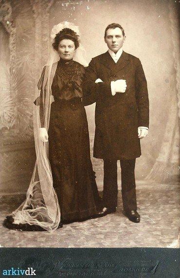 1906 – Bryllupsbillede af Karen og Anders Chr. Andersen, Vielsen foregik i Snoldelev kirke den 21.9. og festen antagelig i brudens hjem på Hastrupgård.