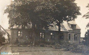 1930erne – Stuehusets udbygning til højre har fået en 1. sal med kvist. De velvoksne træet foran huset måtte snart lade livet.