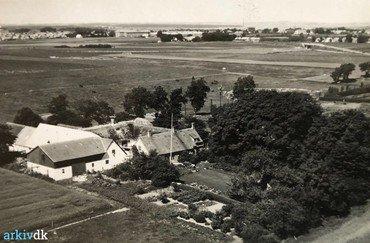 1930erne – Luftfoto. Træerne er væk, Karen har fået sin terrasse.  De moderniserede avlsbygninger har fået tilføjet en stor lade. I det fjerne ses Roskilde.