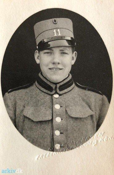 """1939 – Henning Norup Andersen (f. 1919) i kongens klæ'r det år faderen døde. Han gjorde tjeneste på Roskilde kaserne (nedlagt 1974, i dag """"Kildegården"""")."""
