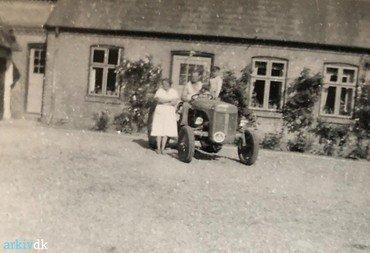 1950-53: Den lille, grå Ferguson TE 20 dækkede midt i 1950erne halvdelen af markedet i Danmark. Det hydrauliske løftesystem og trepunktsophænget  til redskaberne gjorde den uhyre populær.