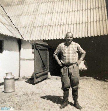 1950-60:  Henning Norup Andersen på gårdspladsen.
