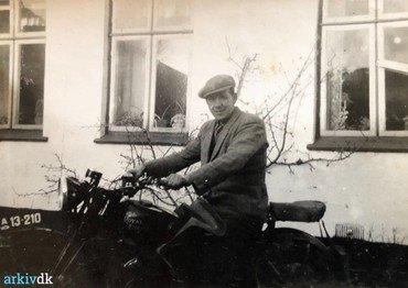 1950-60:  Henning på motorcyklen.