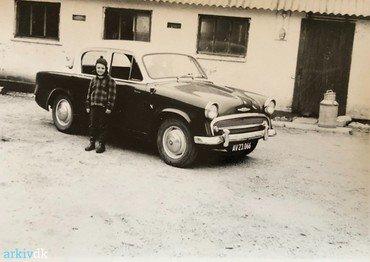 1960: Brian og Hillman'en foran stalden