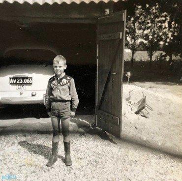 1962: Brian foran garagen med Hillman'en.
