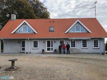 2018: Lotte og Brian sammen med Pia Jakobsen fra Vindinge Lokalhistoriske Forening foran det renoverede stuehus.