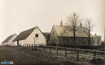 1930 – Gården set fra sydøst med de to syd-længer.