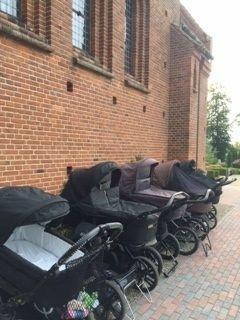 Barnevogne uden for Vindinge kirke