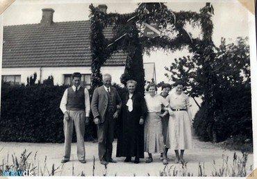 Familien Frederiksen foran stuehuset ved Emil og Kirstines sølvbryllup i 1935. Til venstre sønnen og arvtageren Poul, til højre døtrene Ingrid, Esther og Bertha.