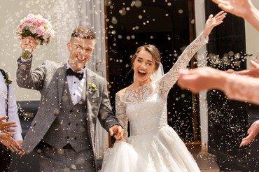 Brudepar med ris i luften