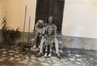 Agnes med sine piger på trappestenen