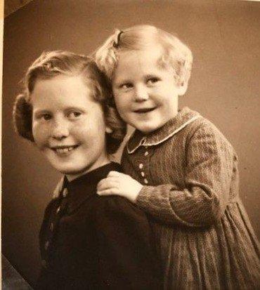 1944 - Erna 11 år og Birgit 5 år.