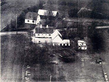 Ejendommen set fra syd. Huset på den anden side af vejen tilhørte aftægtsmand Jens Peter Jensen, som den 22. november 1944 fejrede sin kones 75-års fødselsdag og fik besøg af en allieret flyver.
