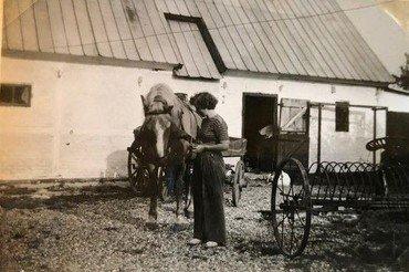 Erna med hesten Klaus, som Agnes beholdt efter Sofus' død