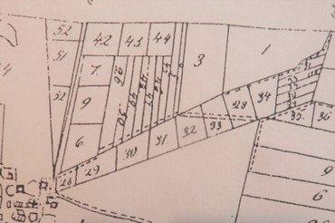Præstejordens udskiftning 1783. Langs sydsiden af Østre Vindingevej lå på stribe matr.nr. 28-29-30-31-32-33, resten af 28 og 34. Længst ude havde hver af dem en smal udlod.