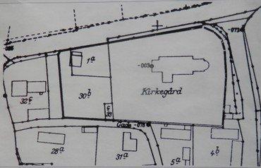 Kirkegårdsudvidelsen 1908, muliggjort ved købet af Peder Rasmussens 30b og inddragelsen af den gamle skolegrund indtil 1857, derefter skolens gymnastikplads indtil indvielsen af den nye skole på Østre Vindingevej 1904).