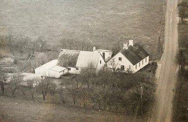 Et tidligt foto af ejendommen 30a, bygget af murersvend Sofus Dybing lige udenfor det jordstykke, hvor senere Vindingehallen blev bygget. Østre Vindingevej til højre går ind mod byen.