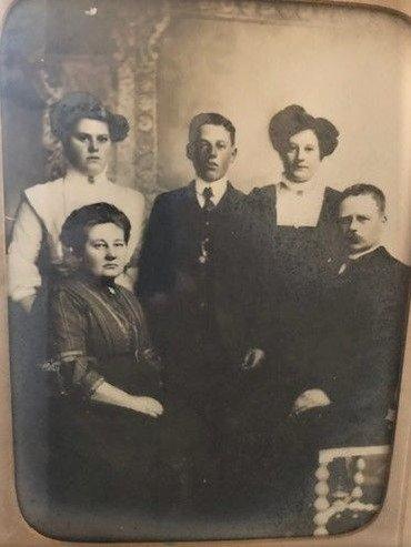Kirstine og Henrik Dybing siddende foran deres voksne børn: den ældste Alvilda f. 1890, i midten den yngste Sofus (f. 1894), til højre Olga (f. 1892).