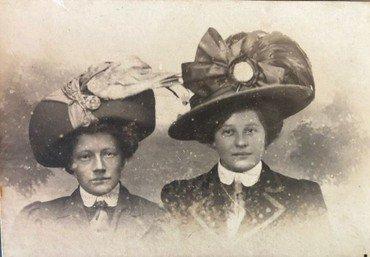 Olga (til højre) med en veninde, iført storslåede hatte-kreationer. Olga var hattemagerske eller modist og arbejdede bl.a. for Illum. Hun og hedes mand, Henry Søgård, boede på Østerbro.