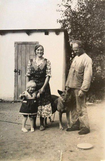 Erna (f. 1933) med sin mor og far (Agnes og Sofus) og hunden Scot