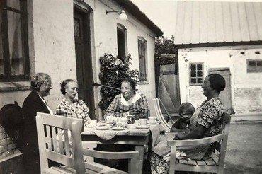1938, venindebesøg fra Sverige, hygge på gårdspladsen. Til højre Agnes med Erna