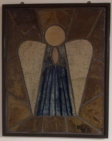 Dea Tove Nønnecke Larsen (1919-2015) sad i mange år i Vindinge menighedsråd og engelen, som nu hænger i sognegården i Vindinge, blev efter sigende lavet af hendes mand Hans Verner Larsen alle de mange timer hvor hans kone var til menighedsrådsmøder.