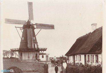 Møller Christensen og Ingeborg med den ældste søn Albert foran møllen og en kunde på hestevogn (1904).
