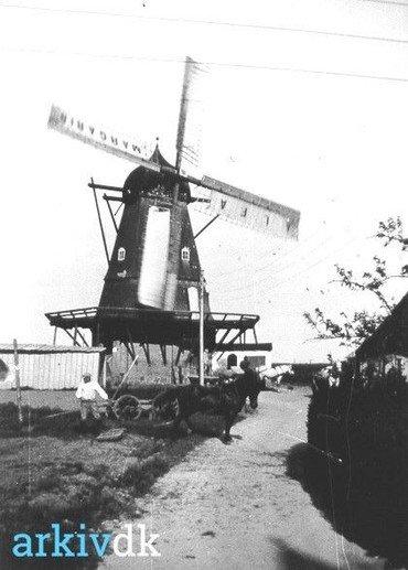 Møllen 1940 med reklamer for Alfa Margarine på sejlene – vindkraften var erstattet af el i 1931.