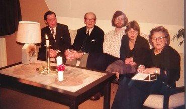 """Taget oppe på 1. sal af """"Huset"""", Tingvej 12, i 1976. Set fra højre  Ninna Andersen """"PEJ"""", Sognepræst Helga Møller Christiansen, Kirkesanger Carsten Andersen, Kirkeværge Holger Andersen og Hans Verner Larsen som var gift med Dea Tove Nønnecke Larsen, der var medlem af Vindinge menighedsråd."""